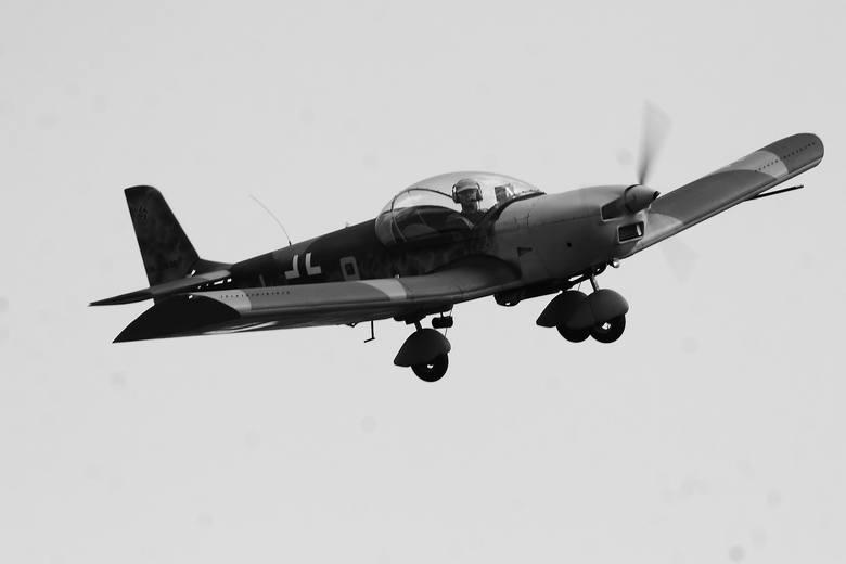 Dzięki rekonstrukcjom, uczestnicy łabiszyńskiej imprezy mogą podziwiać masę różnorodnego sprzętu. Nie brakuje samolotów.