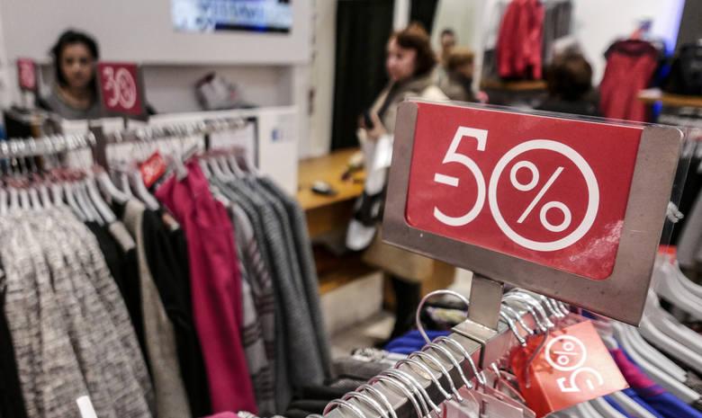 Wyprzedaże zimowe 2019! W wielu sklepach będzie kupić można przecenione produkty. Promocje m.in. na ubrania w Reserved, Zara, H&M, C&A,