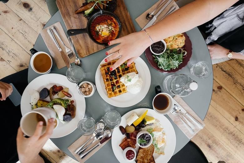 Chociaż na pierwszy rzut oka mogą się wydawać zdrowe, lepiej nie jeść tych produktów na pusty żołądek. Spożywanie tych produktów może prowadzić do podrażnienia