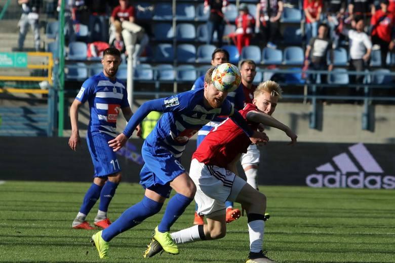 Aleksander Buksa walczy o piłkę z Dominikiem Furmanem