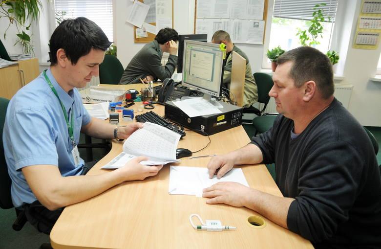 Krzysztof Jabłoński z Kawęczyna (z prawej) wniosek o dopłaty bezpośrednie złożył dopiero wczoraj, w toruńskim biurze powiatowym Agencji Restrukturyzacji