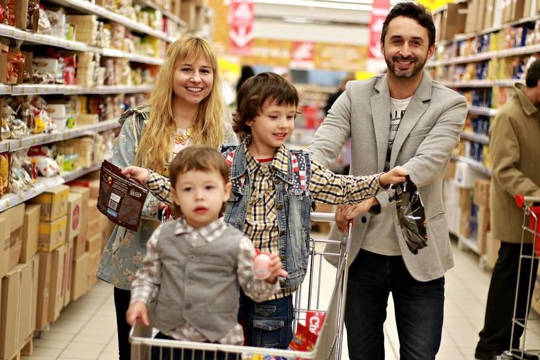 """Biedronka, Lidl, Netto czy Tesco? Gdzie najczęściej Polacy robią zakupy? Poznaliśmy TOP 10 sieci handlowych. """"Rzeczpospolita"""" opisała raport przygotowany"""