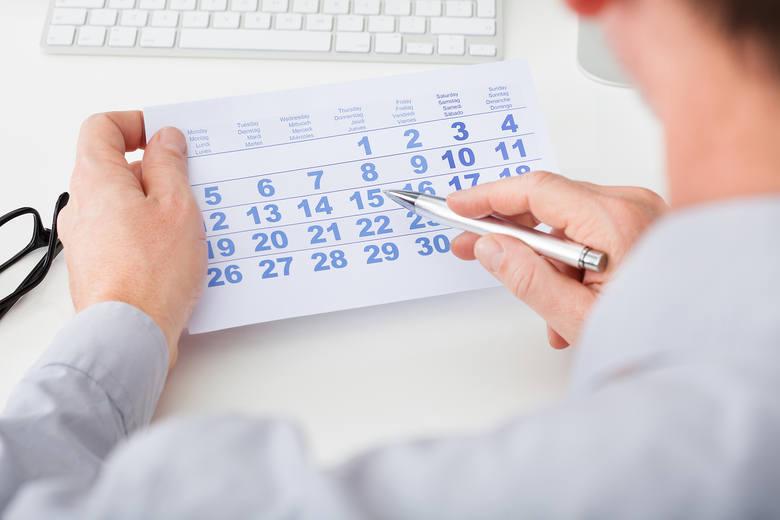 Kwarantanna zazwyczaj trwa 14 dni. Czas jej trwania liczony jest od dnia styczności z osobami zakażonymi lub podejrzanymi o zakażenie koronawirusem.W