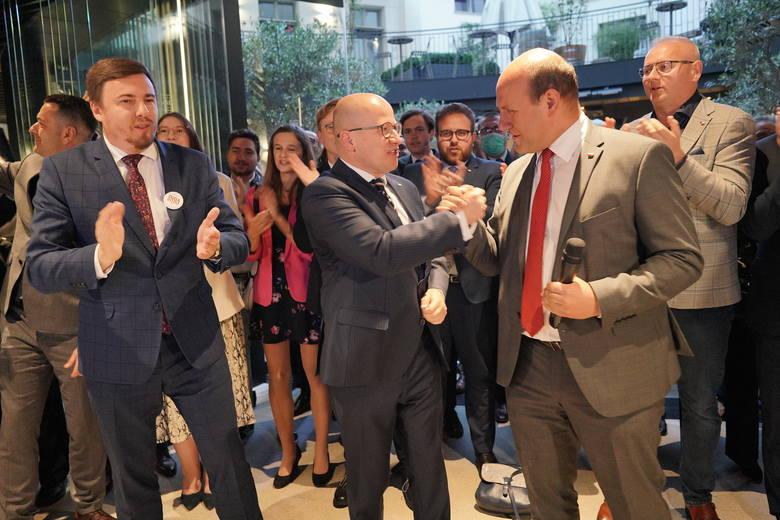 Poseł Szymon Szynkowski vel Sęk (z prawej) z olbrzymim zadowoleniem przyjął sondażowe wyniki exit pool.