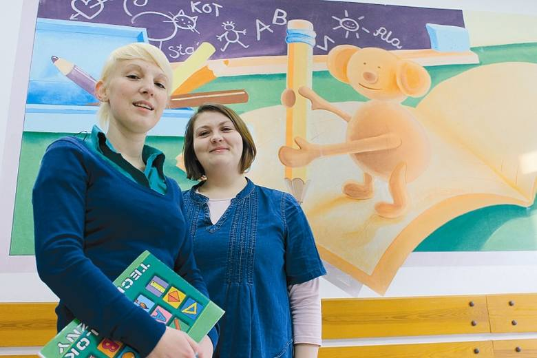 - Właśnie tutaj, w budynku szkoły dwujęzycznej, będzie Stumilowy Las - mówi Anna Bensz (z lewej). Obok stoi Marta Pięch. (fot. Mirosław Dragon)