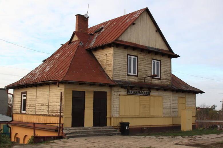 Tak obecnie wygląda stacja kolejowa w Zajezierzu w powiecie kozienickim. Niebawem będzie gruntownie zmodernizowana. CZYTAJ DALEJ KLIKAJĄC W ZDJĘCIA