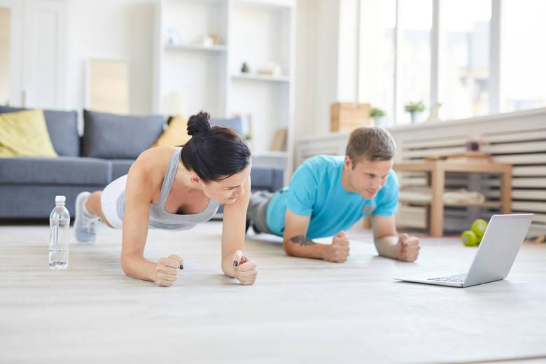 Trening w domu można wykonać z partnerem lub partnerką. To wspaniała okazja do pogłębiania wspólnej więzi