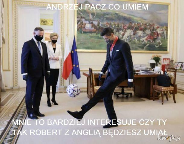 Robert Lewandowski odznaczony przez prezydenta Andrzeja Dudę. Internet odpowiada memamiZobacz kolejne zdjęcia. Przesuwaj zdjęcia w prawo - naciśnij strzałkę