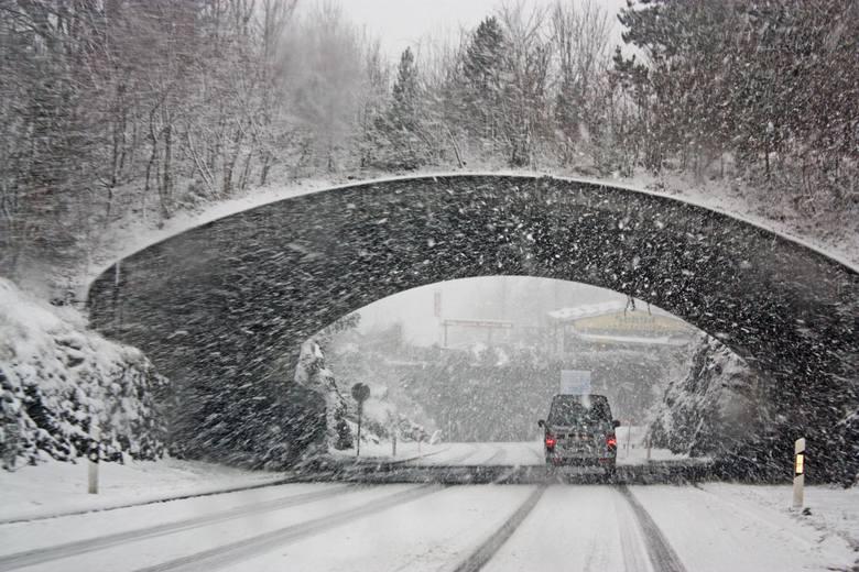 Zima znowu zaskoczyła kierowców ...i drogowców. Mroźna aura, opady śniegu, roztopy i ponowne przymrozki sprawiają, że na drogach niekiedy panuje istny