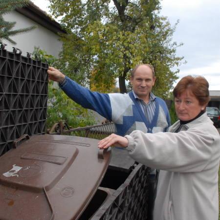- Mamy specjalnym pojemnik, w którym umieściliśmy kubły na śmieci, nic z nich nie śmierdzi - zapewniają Jadwiga i Władysław Nowakowie.