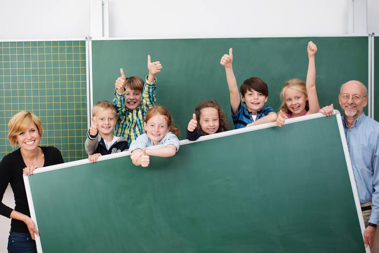 """Liczba dzieci objętych finansową pomocą wzrośnie w kraju z 3,4 do 6,8 mln. Dodatkowo, istnieje możliwość skorzystania z programu """"Dobry Start"""", dzięki"""