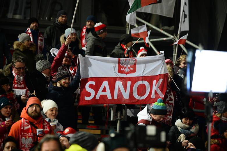 W sobotnim konkursie drużynowym Polacy zajęli 5. miejsce. Zwyciężyli Niemcy. W drugiej serii Japończyk Yukiya Sato pobił rekord Wielkiej Krokwi wynikiem