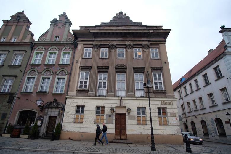 Pałac Mielżyńskich na Starym Rynku od lat stoi pusty. Wcześniej mieściła się tam siedziba PTTK. Nieoficjalnie widomo, że nowy właściciel chce tam stworzyć luksusowy dom towarowy