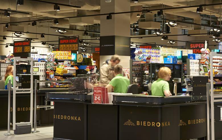 Nowe logo sieci, szerszy asortyment, działy mięsny i nabiałowy - tak wyglądają nowe sklepy Biedronki otwarte w pięciu lokalizacjach po Piotrze i Pawle