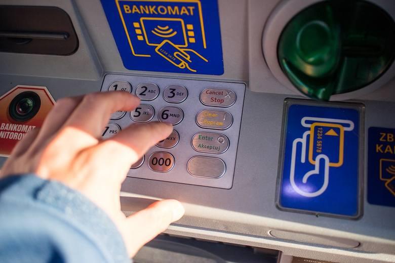 Kradzież na BLIK-a. Stoją pod bankomatem i czają się na kody