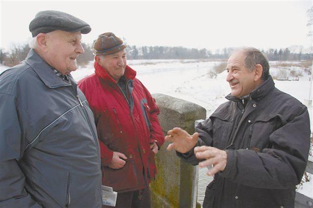 Edward Podolski (z prawej) z Towarzystwa Miłośników Lewina jeszcze kilkanaście lat temu opracował koncepcję punktu widokowego i wzgórza. - Cieszę się,