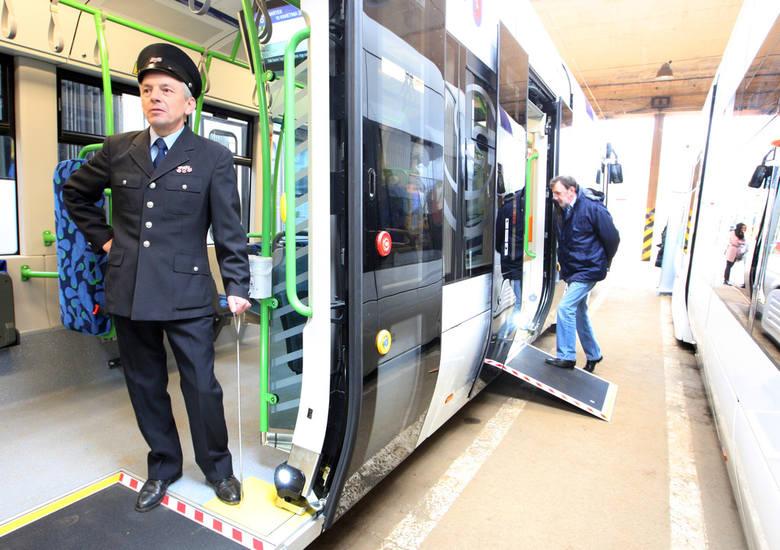 Dziś w szczecińskiej zajezdni Pogodno zostały zaprezentowane nowe tramwaje niskopodłogowe oraz sprzęt specjalistyczny do obsługi tramwajów.