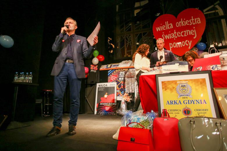 15 01 2017 gdynia. wosp gdynia. wolontariusze kwestuja na ulicach i w ch riviera. licytacja przekazanych przedmiotow prowadzona przez wojciecha szczurka,