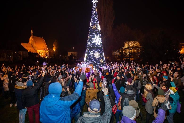 W mikołajki (6 grudnia) Rafał Bruski, prezydent Bydgoszczy, wraz z dziećmi z bydgoskich placówek opiekuńczo-wychowawczych, oficjalnie włączył światełka