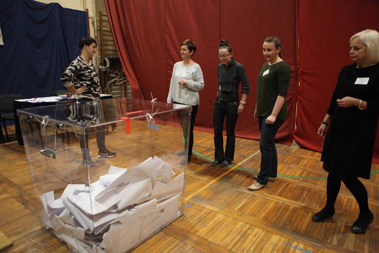 Wybory 2018 w Słupsku. Rozpoczęło się liczenie głosów, otwarte zostały pierwsze urny wyborcze. W sztabach wyborczych komitetów wszyscy oczekują na pierwsze