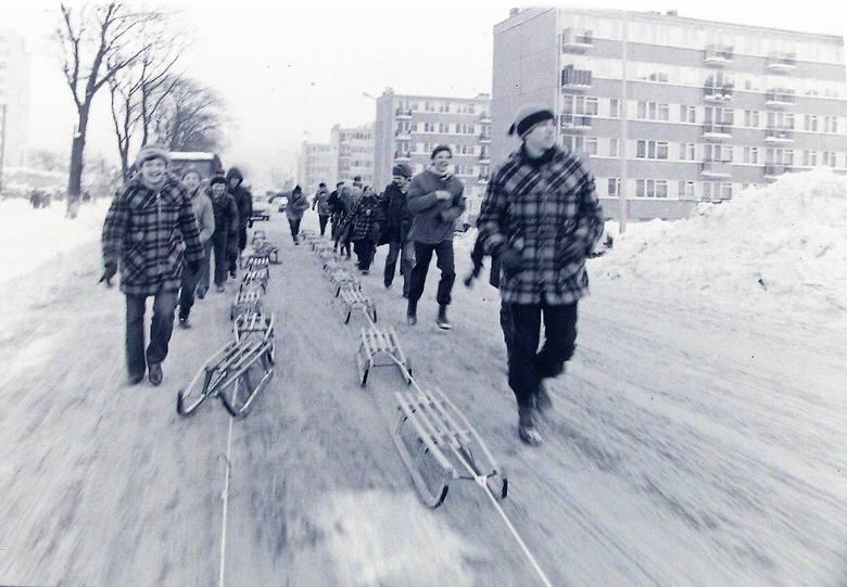 Mieszkańcy Zatorza skrzyknięci na kulig zimą stulecia.