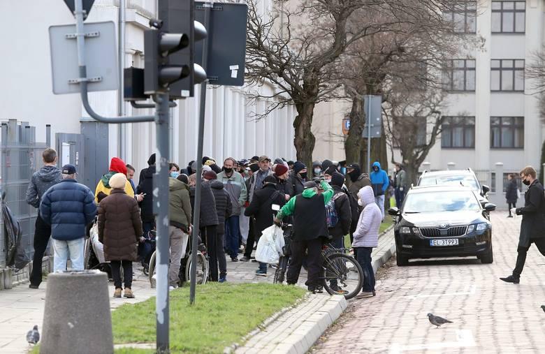Darmowy posiłek świąteczny dla ubogich na Pietrynie ZDJĘCIA