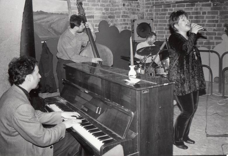 """Lora Szafran z zespołem New Presentation w Piwnicy Jazzowej """"Elana Klubu"""", 1998"""