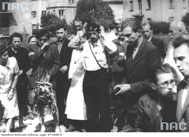 """Pogrzeb sanitariuszki dywizjonu """"Jeleń"""" Anny Habrowskiej """"Marii"""" na skwerku przed szpitalem sióstr elżbietanek na Mokotowie. Żołnierze dywizjonu """"Jeleń"""". Na pierwszym planie: drugi od prawej, w okularach, st. ułan pchor. Andrzej Czernik """"Cebion"""", trzeci od prawej kpr. pchor. Andrzej Bontemps..."""