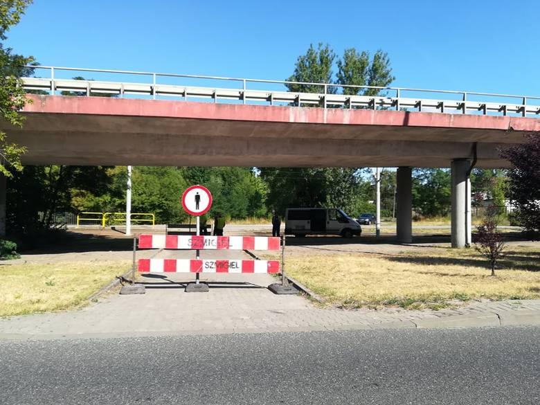 Kierowcy, pomimo wakacji, muszą liczyć się ze sporymi utrudnieniami na drogach.Do kilkunastu rozkopanych ulic doszedł zamknięty wiadukt i zamknięcie