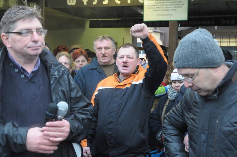 Górnicy, ich rodziny i pracownice kopalni protestują przed KWK Sośnica-Makoszowy