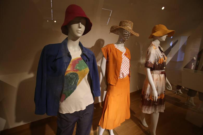Ubrania z czasów PRL-u na wystawie we wrocławskim Muzeum Narodowym
