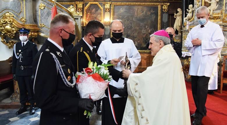Biskup sandomierski Krzysztof Nitkiewicz w niedzielę odprawił mszę świętą w katedrze w Sandomierzu, podczas której modlił się w intencji strażaków. W