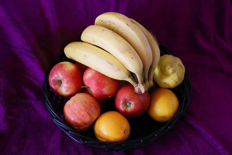 Wzdęcia bywają skutkiem jedzenia owoców, które zawierają ulegające fermentacji wielocukry. Niektóre osoby źle tolerują też występującą w nich frukto