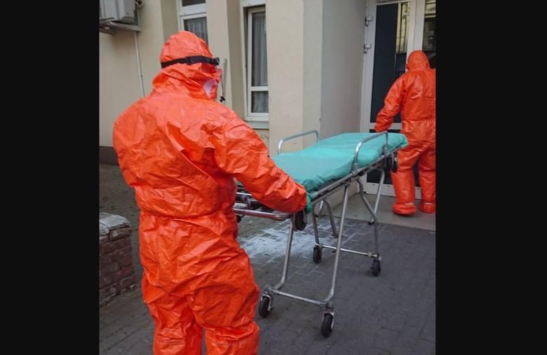 O tym, że na oddziale są osoby zakażone koronawirusem personel dowiedział się, gdy dwóm pacjentom, którzy mieli być przewiezieni na leczenie do innych