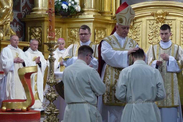 W diecezji kieleckiej jest szesnastu nowych diakonów. W sobotę w Bazylice Katedralnej klerycy piątego roku przyjęli święcenia z rąk biskupa ordynariusza