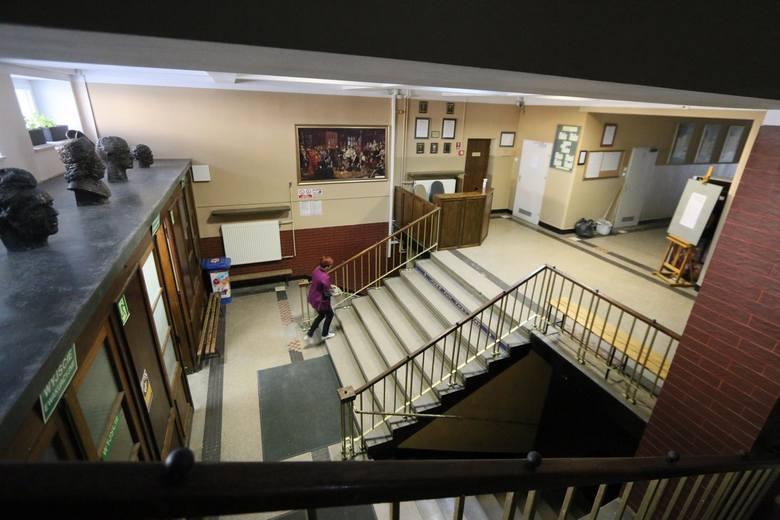 Klasy I-III wracają na zdalne nauczanie. Szkoły znów opustoszeją.