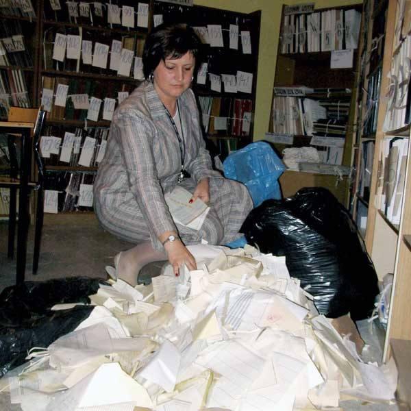 - Tak wyglądają archiwalne dzienniki - pokazuje Monika Bis, dyrektor szkoły.