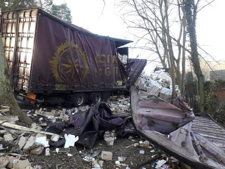 Do groźnie wyglądającej kolizji doszło na trasie Strzelce Krajeńskie - Dobiegniew, w miejscowości Długie.W miejscowości Długie na DK 22 ciężarówka przewożąca