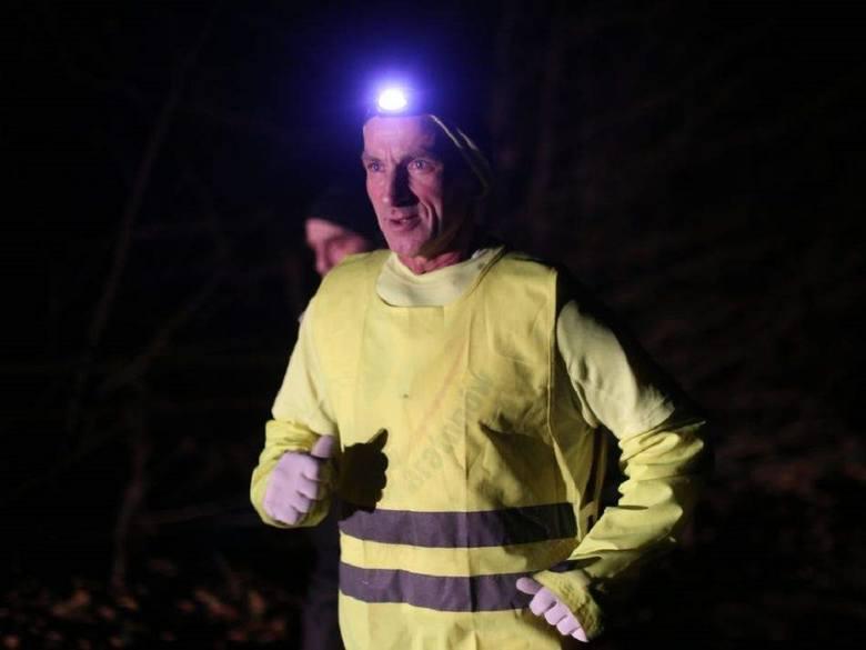 Ryszard Kałaczyński bieg zaczyna zimą o godz. 13, a kończy ok. godz. 18, gdy jest już ciemno.