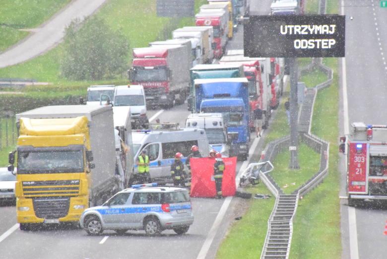 Do groźnego wypadku doszło około godz. 16 na wjeździe do Białegostoku z Choroszczy. Samochód dostawczy wjechał w tył ciężarówki. Zgnieciony został cały