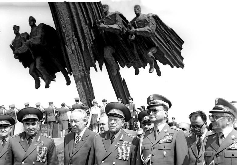 Wojciech Jaruzelski w towarzystwie sowieckich generałów i dygnitarzy podczas uroczystego odsłonięcia pomnika polsko-radzieckiego braterstwa broni. Riazań,