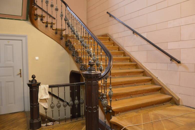 Jedną z ozdób wnętrza są schody - niczym z sali balowej Titanica