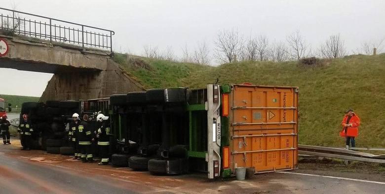 Od środy (11 kwietnia) fragment drogi krajowej nr 15 w Goryszewie (pow. mogileński) blokowała wywrócona ciężarówka. Została usunięta dopiero w czwartek