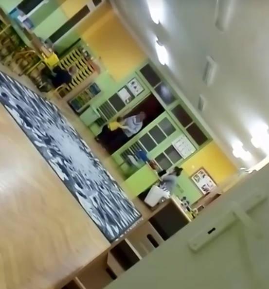 Wstrząsający film nagrali rodzice przedszkola nr 22 w Łodzi. Opiekunka szarpała dzieckiem i rzucała nim, bo nie chciało siedzieć przy stoliku. Kobieta