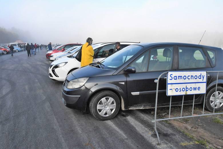 Mglisty niedzielny poranek 25 października przyciągnął na giełdę w Miedzianej Górze koło Kielc kilkadziesiąt samochodów. Obejrzeliśmy wszystkie oferowane