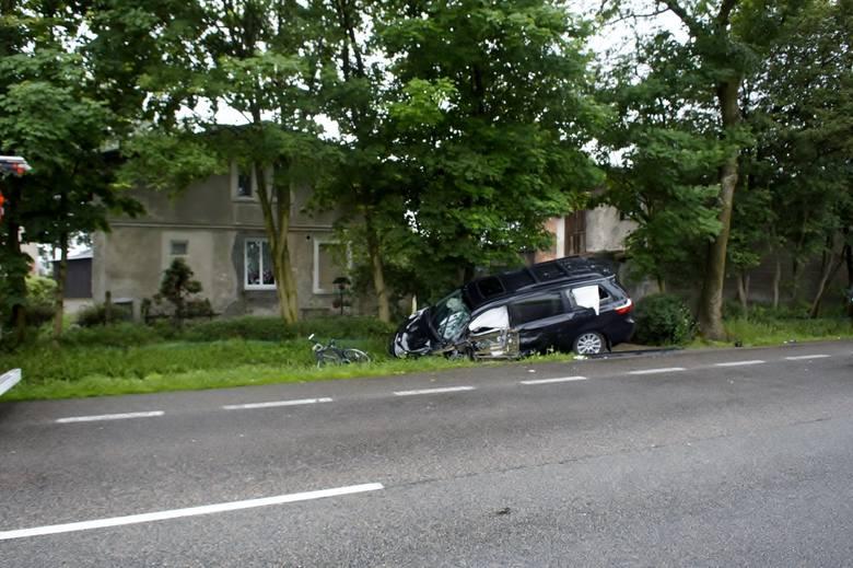 W niedzielę, przed godz. 15, w okolicy miejscowości Sąborze na drodze krajowej nr 6 (gmina Damnica), zderzyły się czołowo dwa samochody osobowe - Jeep