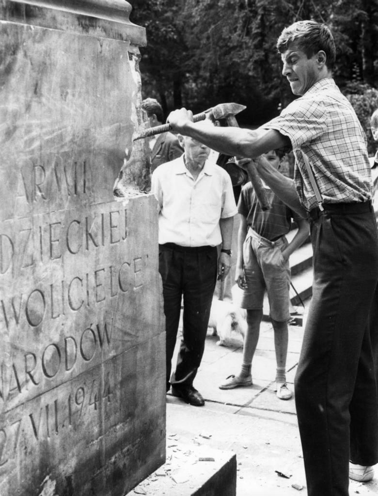 Po demontażu przez magistrat rzeźby żołnierza, działacze KPN zabrali się do usuwania cokołu.
