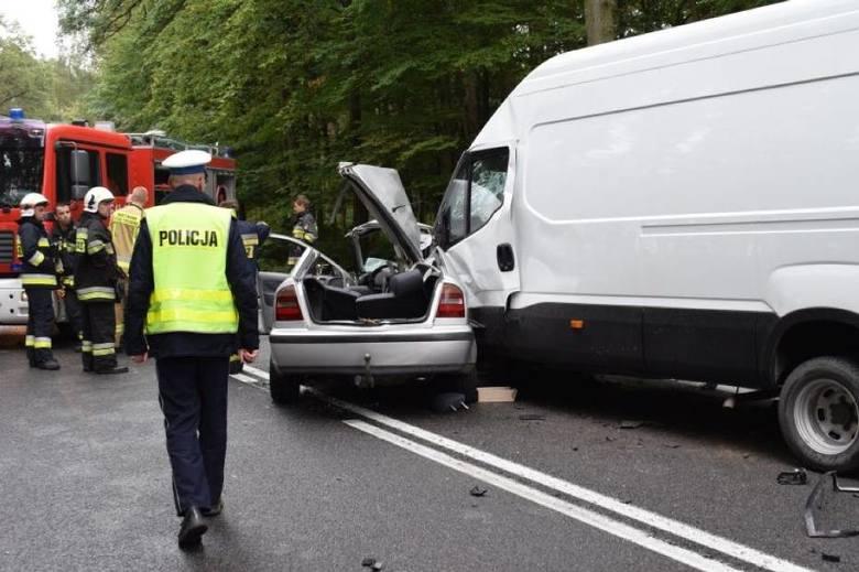 Do poważnego wypadku doszło w poniedziałek w Powodowie w powiecie wolsztyńskim. Samochód osobowy zderzył się tam z autem dostawczym. W wyniku wypadku