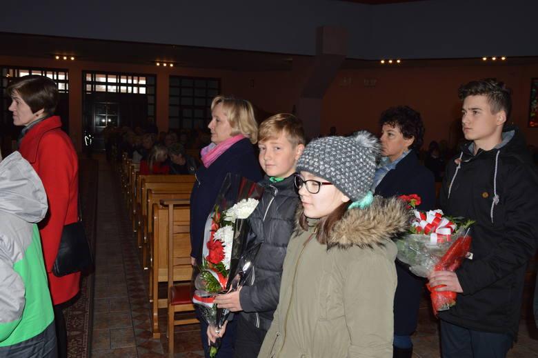 Delegacje uczniów złożyły kwiaty pod tablicą pamiątkową.