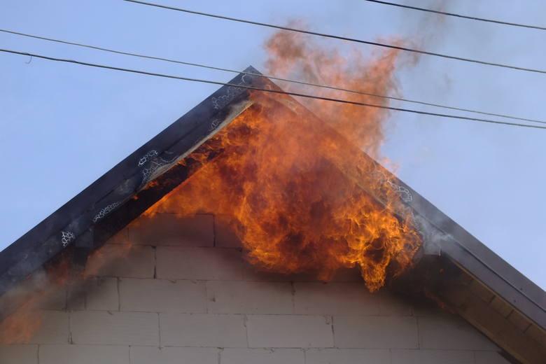 Około godz. 8 w Łapach wybuchł pożar w domu na rogu ul. Długiej i 3 Maja.
